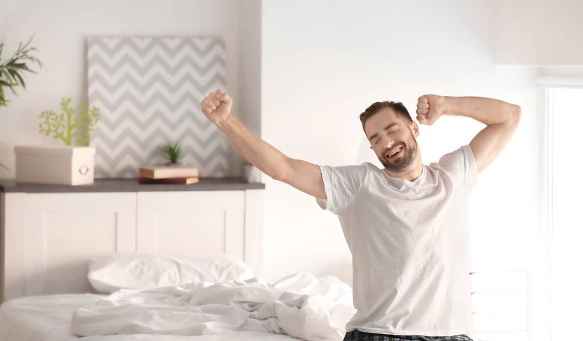 mann-beim-aufstehen-aus-bett-nach-gesundem-schlaf
